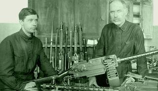 Ф.В.Токарев с сыном Николаем у ручного пулемета системы Максима-Токарева образца 1925