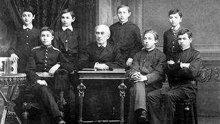 С. В. Рахманинов и А. Н. Скрябин с соучениками класса Н. С. Зверева.  Фото Г.Трунов