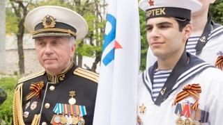 Александр Владимирович Верховский с артековцами