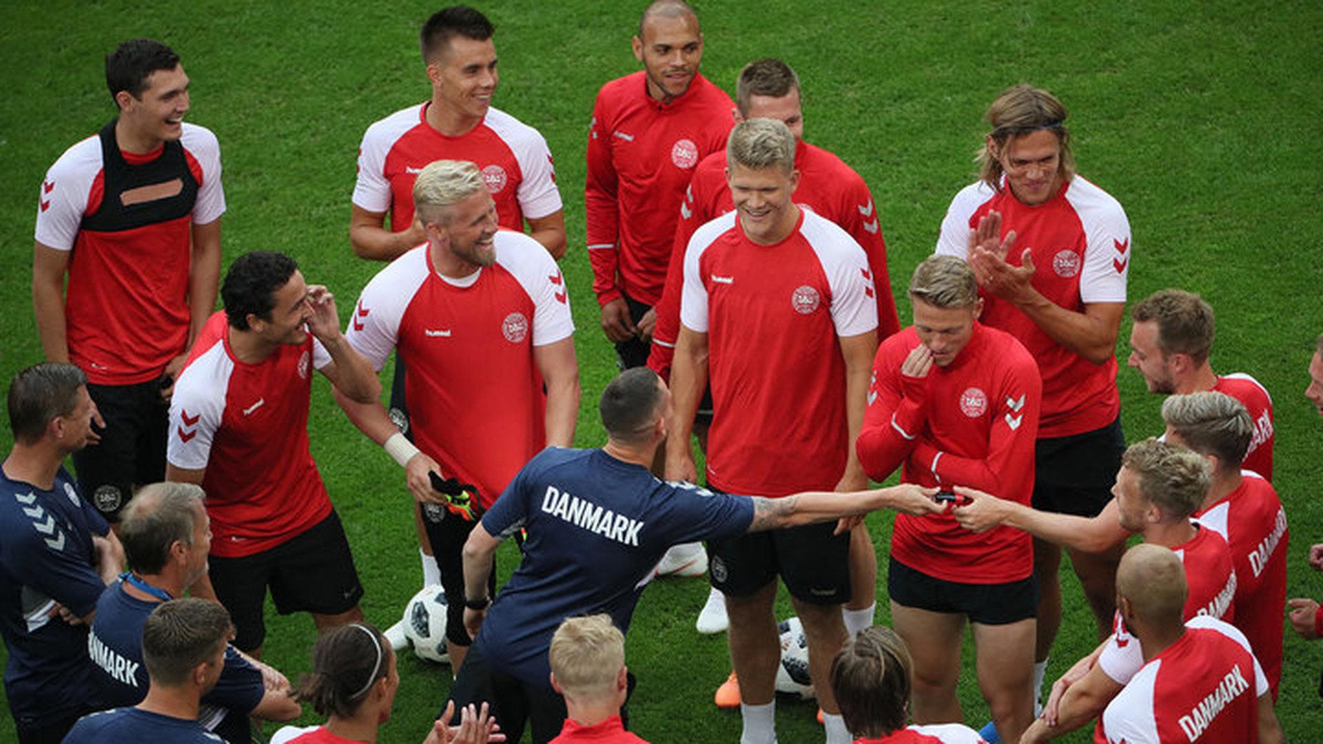 Датские футболисты арендовали самолет для партнера, ставшего отцом