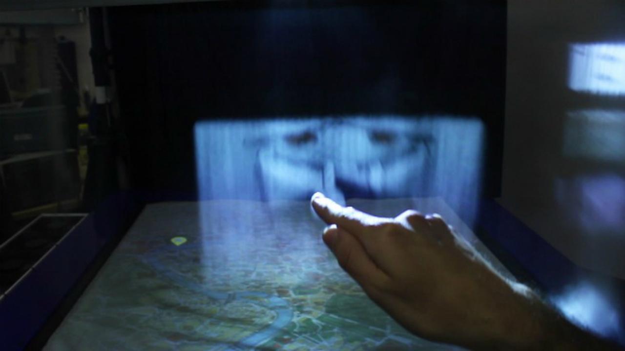 Футуристический экран выводит изображение на туман и позволяет им управлять