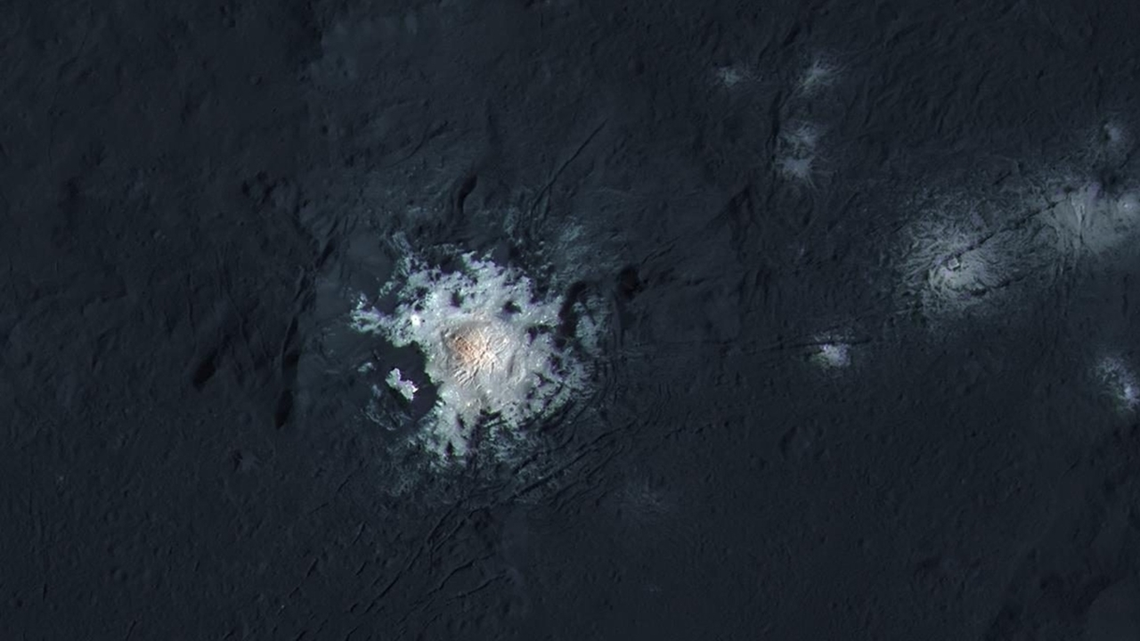 """Яркое пятно на Церере может быть """"порталом"""" в недра карликовой планеты"""