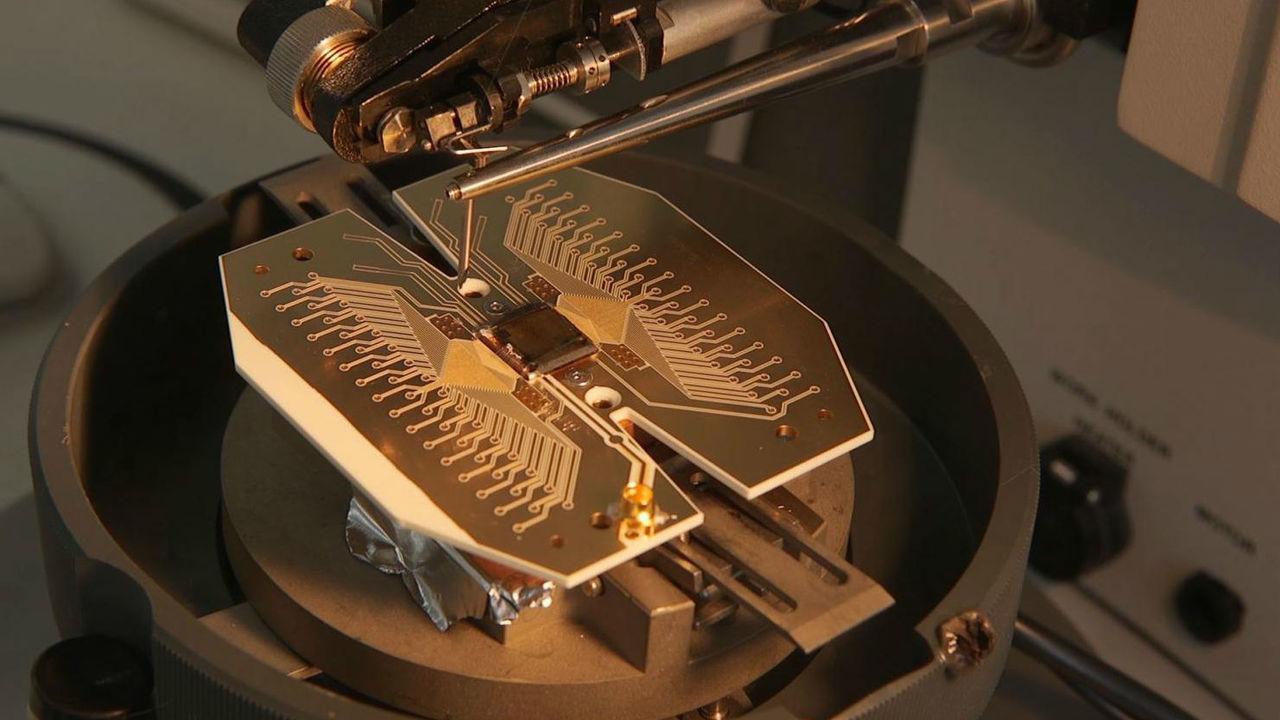 Физики создадут квантовый компьютер размером с футбольное поле