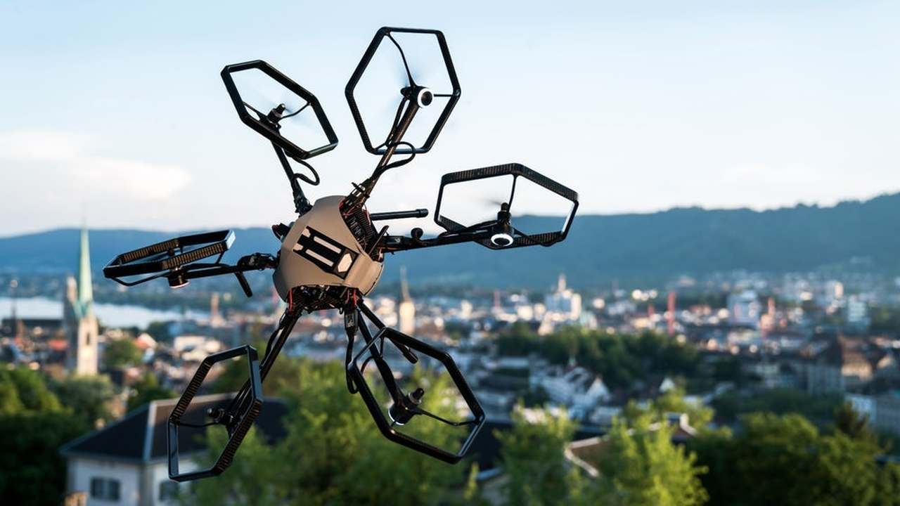 Новый гексакоптер-трюкач способен летать в любом направлении