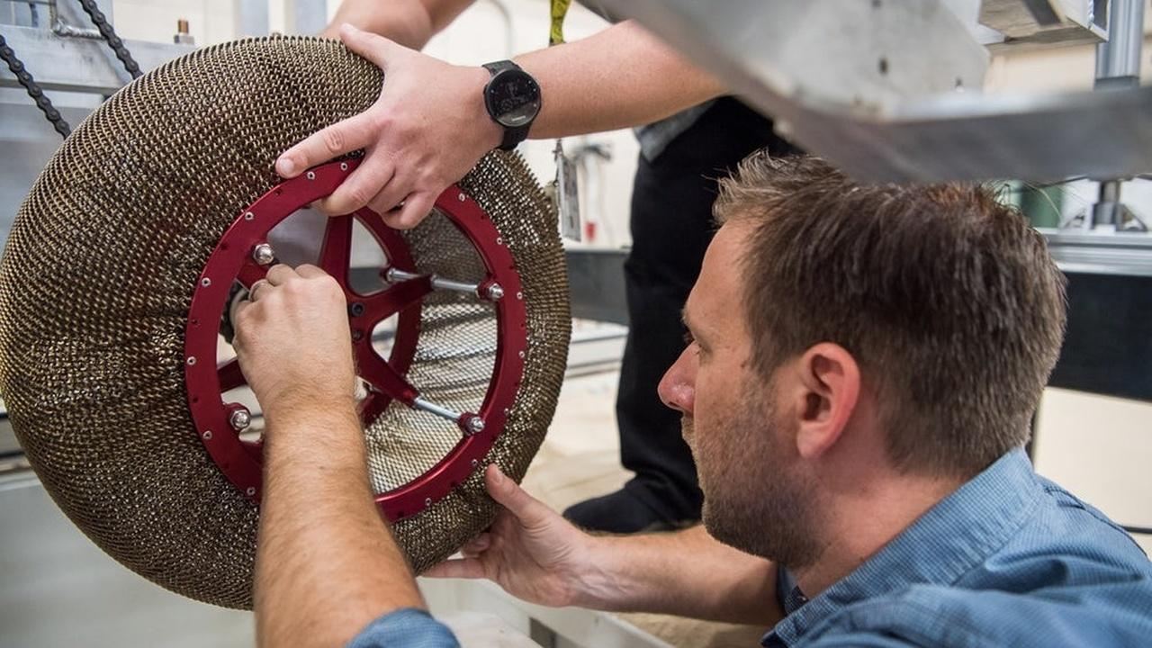 НАСА разрабатывает для будущих роверов колёса с памятью формы