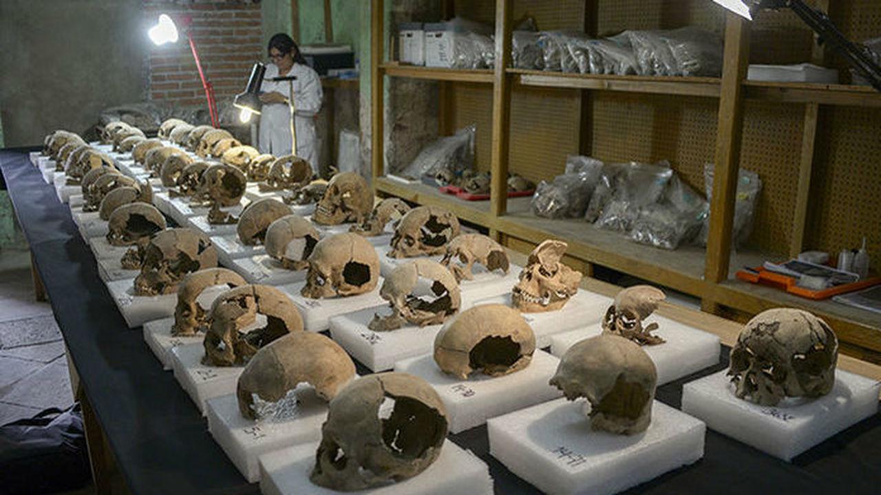 В Мехико раскопали огромное сооружение из человеческих черепов