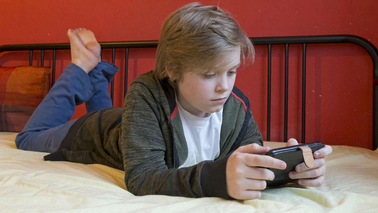 Маленькие дети со смартфонами чаще становятся агрессорами и жертвами