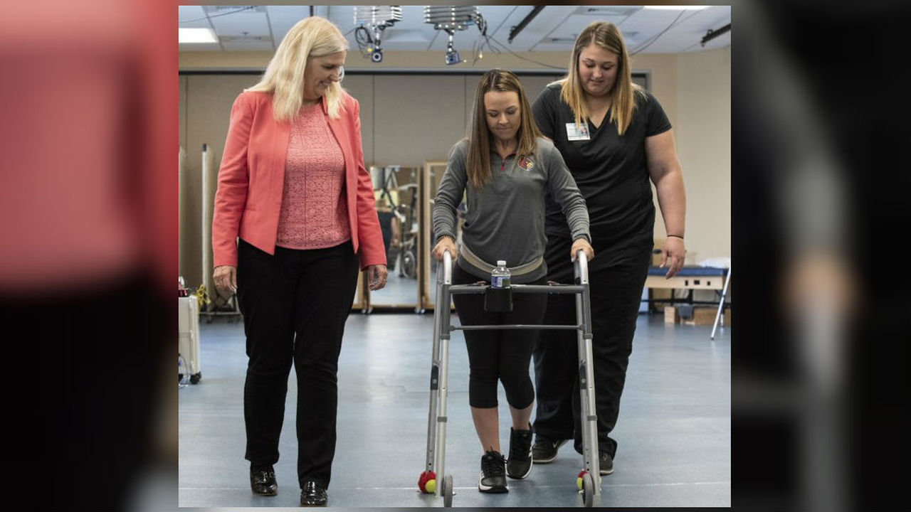 Стимуляция спинного мозга помогла парализованным пациентам снова начать ходить