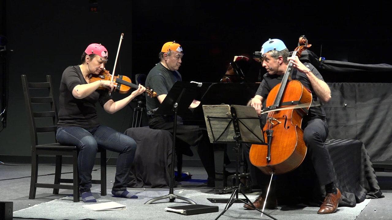 Что помогает музыкантам координировать действия друг с другом во время выступления?