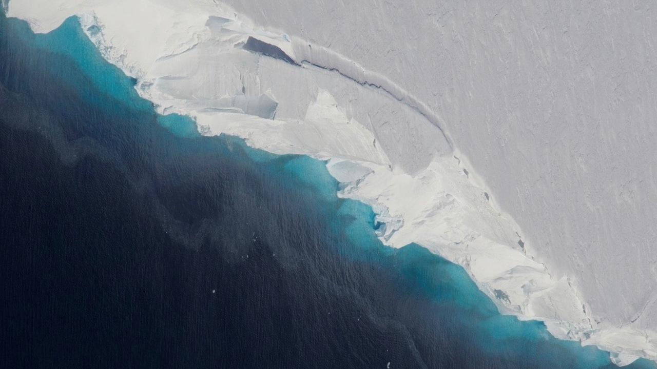 Гигантская полость подъедает антарктический ледник изнутри
