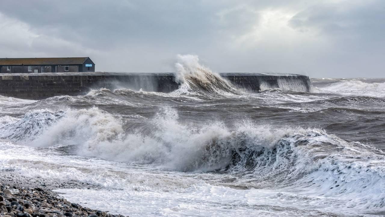 Российские физики объяснили, почему поверхность моря разглаживается во время шторма