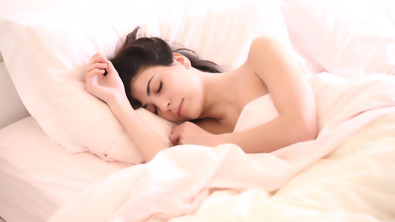 Учёные увеличили время сна подростков при помощи света и внушений
