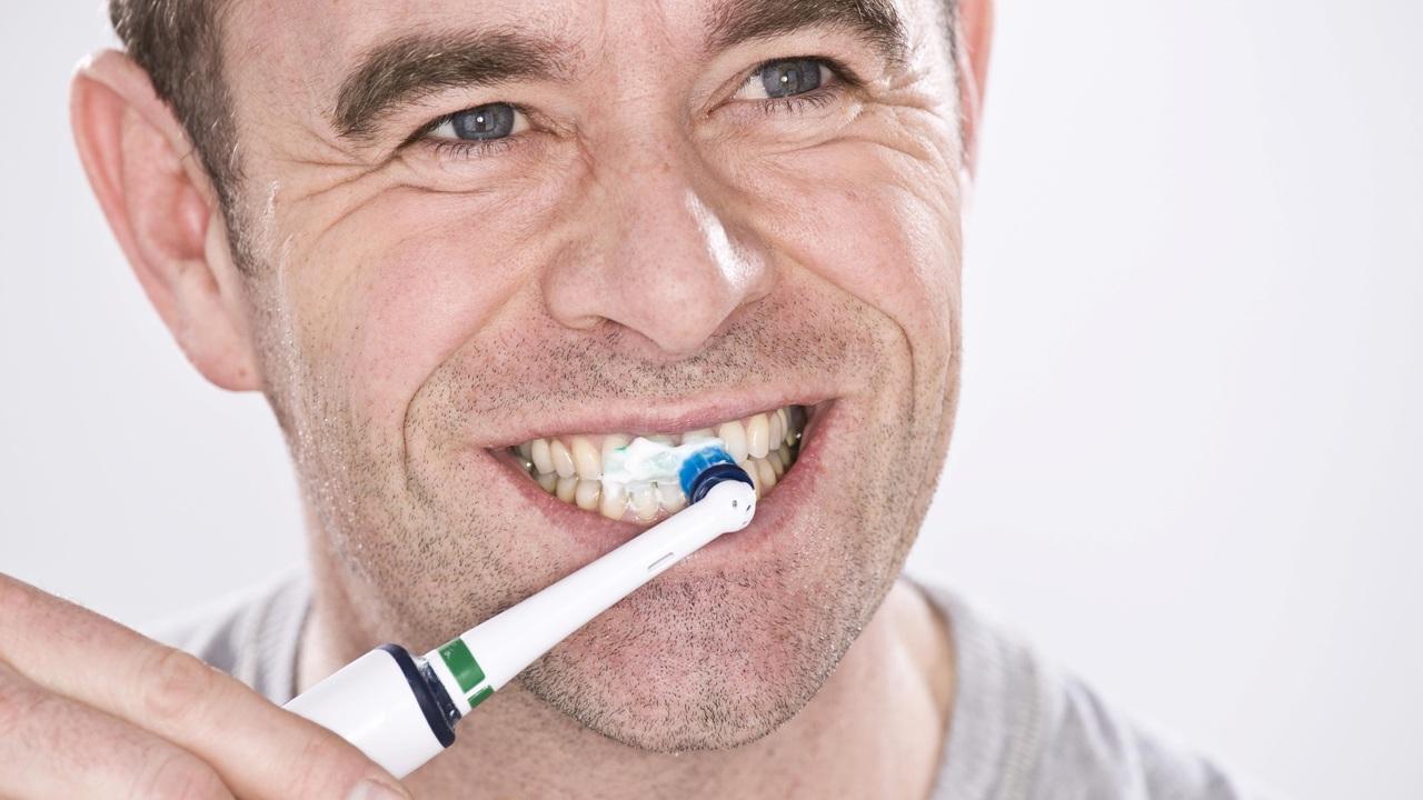 Частая чистка зубов может защитить от проблем с сердцем