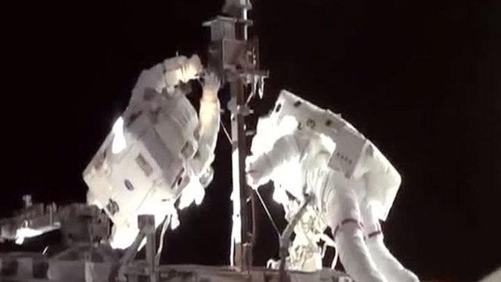 Космонавты прикрутили антенну к МКС куском проволоки