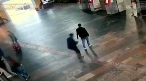 Опубликованы кадры нападения мужчины с ножом на людей на Курском вокзале