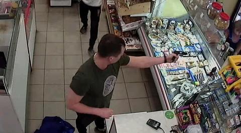 Пьяный грабитель потерял пистолет во время налета на магазин в Химках