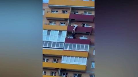 Иркутский спасатель поймал выпавшую с 15-го этажа женщину