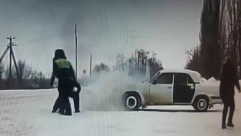 ЧП. Инспекторы ДПС потушили загоревшуюся машину в Ростовской области. Видео