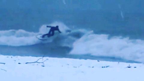 Видео из Сети. Сочинские серфингисты покоряют волны в снег