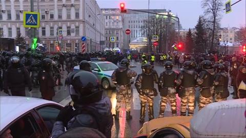 """Новости на """"России 24"""". По фактам насилия в отношении полицейских в Москве возбуждены дела"""