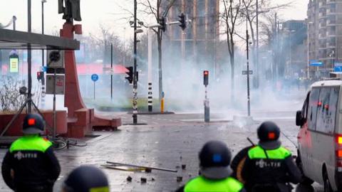 """Новости на """"России 24"""". Нидерландских демонстрантов разогнали водометами и газом"""
