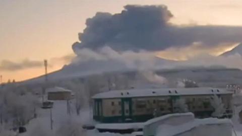 """Новости на """"России 24"""". На извергающемся Ключевском вулкане обвалилась кромка кратера"""