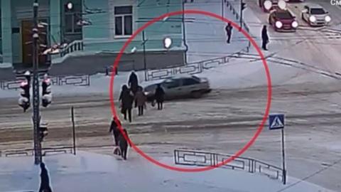 Вести. ГИБДД Петрозаводска разыскивает водителя, проехавшего сквозь толпу пешеходов