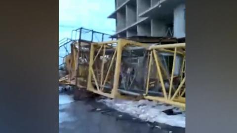 ЧП. Два человека погибли при падении башенного крана в Краснодаре