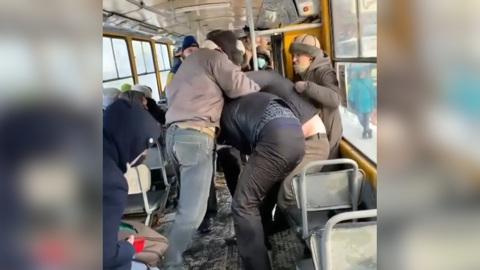ЧП. Сплотившиеся пассажиры выгнали трамвая мужчину без маски. Видео