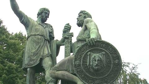 Возле памятника Минину и Пожарскому обнаружены 30 артефактов