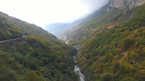 Пострадавших под камнепадом в горах КБР альпинистов эвакуировали вертолетом