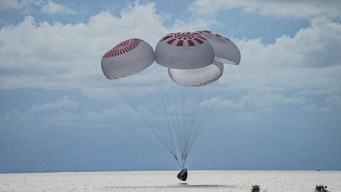 Корабль Crew Dragon с гражданским экипажем успешно вернулся на Землю