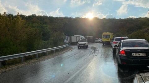 Автобус с 28 пассажирами столкнулся с грузовиком под Севастополем