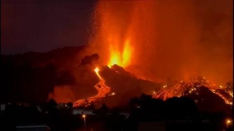 Канары в море огня: проснувшийся вулкан затопил лавой целый остров