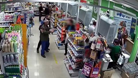 Житель Иркутска получил нож в шею после конфликта в супермаркете