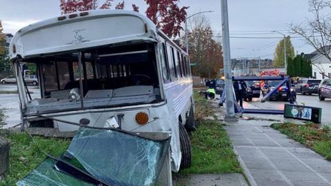Житель Сиэтла угнал школьный автобус и таранил на нем машины