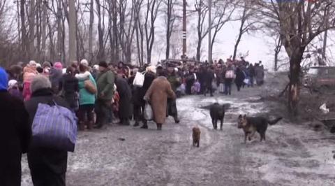 Люди бегут из Углегорска под огнем снайперов