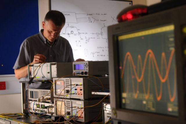 Инженер Эндрю Шарп из компании Toshiba работает над системой QKD