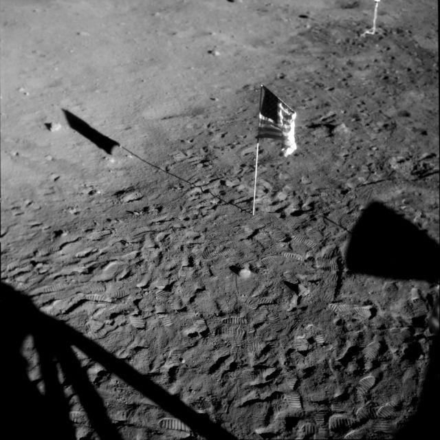 """Флаг США и тень лунного модуля на поверхности естественного спутника нашей планеты. Миссия """"Аполлон-11"""", 1969 год"""
