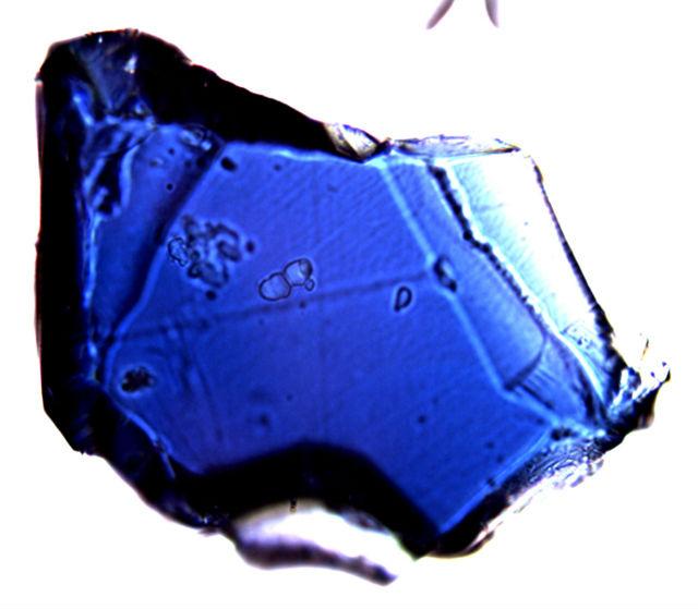 Искусственно синтезированный рингвудит диаметром 150 микрометров