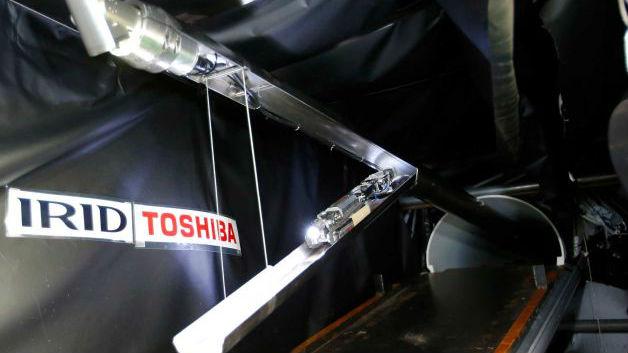 """Новый робот имеет некоторое внешнее сходство со скорпионом, так как поднимает в воздух """"хвост"""", на конце которого расположены камера и светодиодная лампа. Ещё одна камера и """"фонарик"""" находятся в носовой части устройства"""