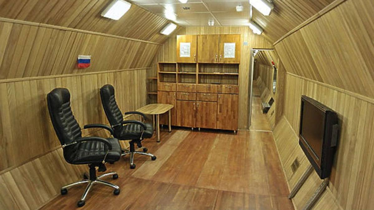 В первом модуле объёмом 150 м3 располагается 6 индивидуальных комнат, кухня, санузел, главный пульт управления, система обеспечения жизнедеятельности (СОЖ). Во втором модуле (250 м3) - тренажерный зал, шлюзовая камера для удаления отходов и ещё одна СОЖ