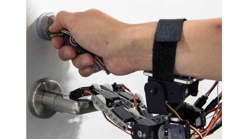 А также открывать дверной замок ключом с помощью всего одной руки, одновременно поворачивая ручку.