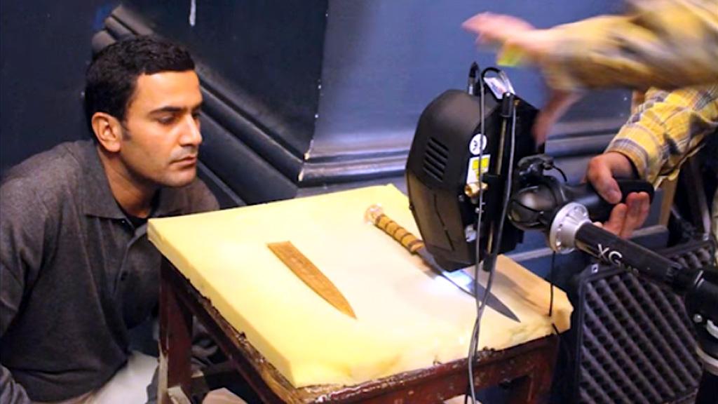 Исследование железного кинжала Тутанхамона. Кадр из видео Миланского технического университета
