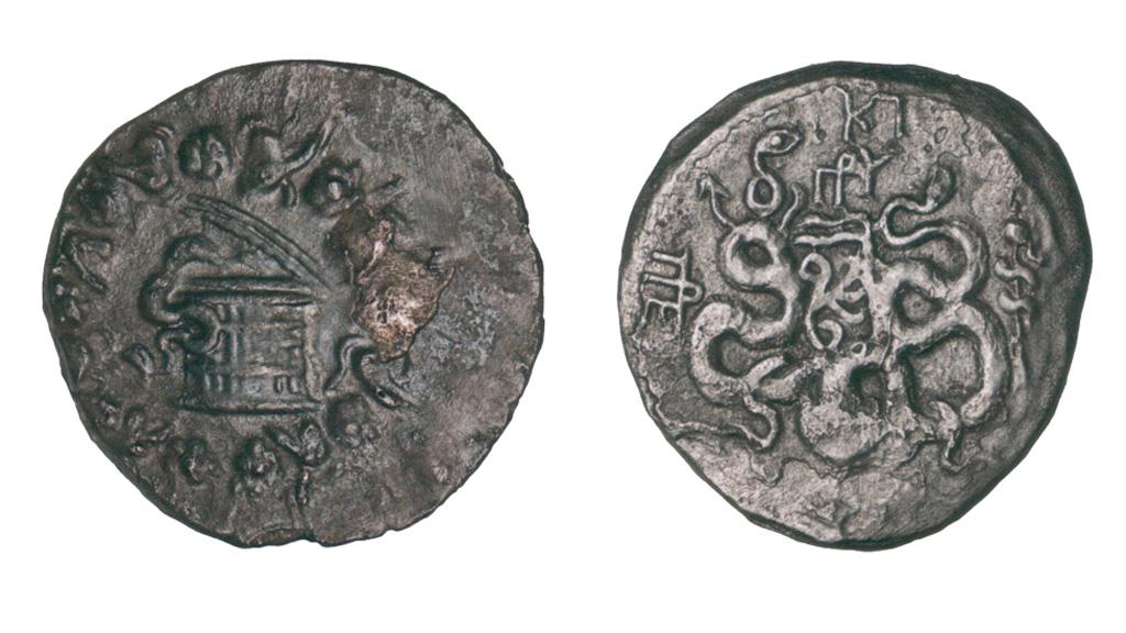 Серебряные тетрадрахмы из Пергама, обнаруженные Жаком Кусто в 1976 году на месте крушения Антикитерского корабля. Фото: namuseum.gr