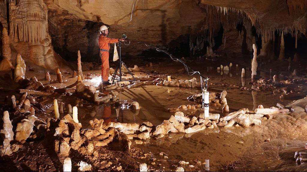 Исследование рукотворных сталагмитовых колец в пещере Брюникель. Фото: National Geographic
