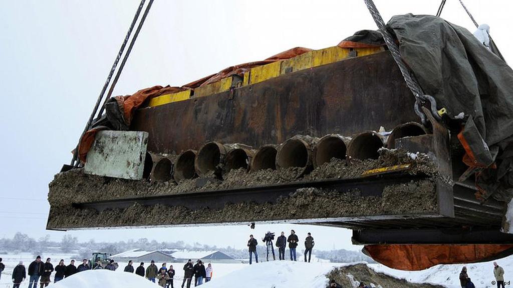 """Хенебург. Извлечение и транспортировка погребальной камеры в стальном """"футляре"""". Фото: Deutsche Welle"""