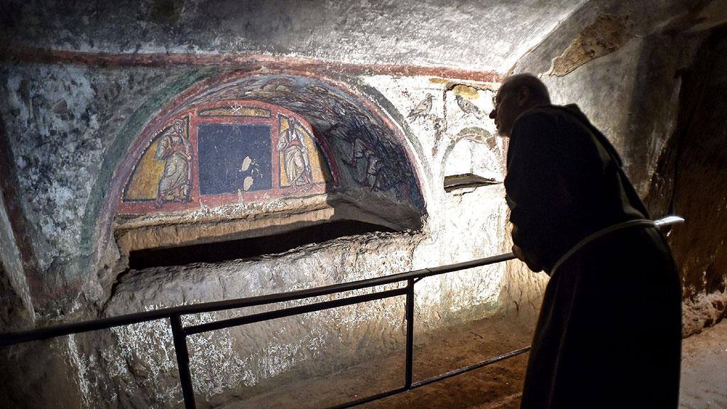 Отреставрированная ╚гробница под аркой╩ (аркосолий) в катакомбах св. Домициллы. Фото: AFP
