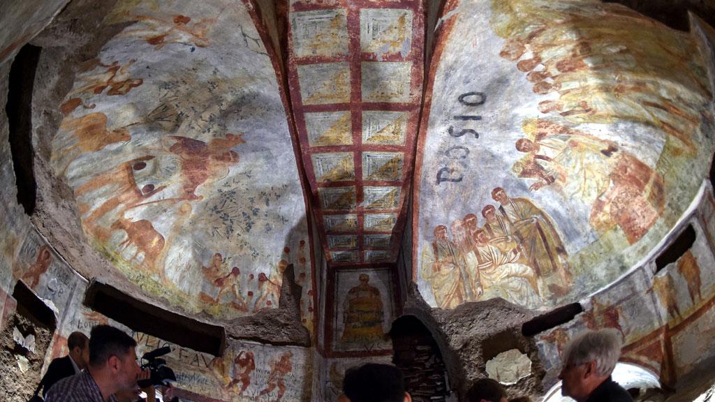 Общий вид потолочной фрески в ╚кубикуле пекарей╩. Слева √ изображение Христа в образе Доброго Пастыря, справа √ Христос в окружении апостолов. Фото с сайта thehistoryblog.com