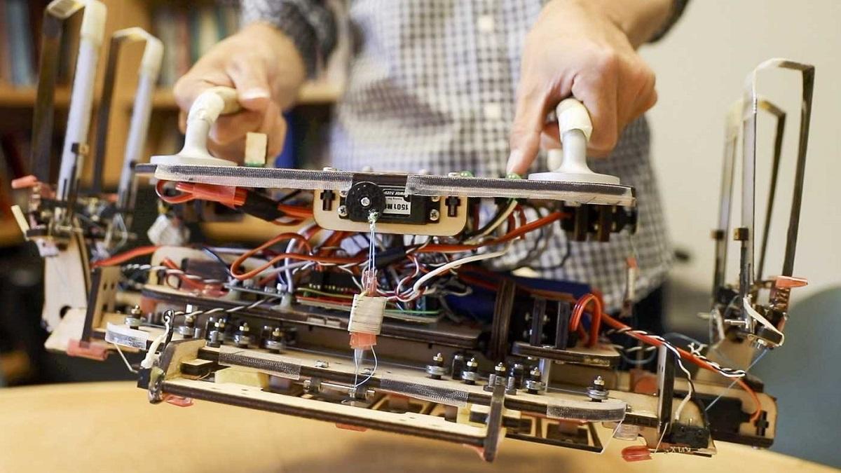Инженеры сделали для робота-уборщика захваты, покрытые шипами √ каждый шириной в 0,1 миллиметра. При контакте с объектом они прилипают к гладкой поверхности.
